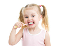 Изолированные зубы девушки ребенка чистя щеткой Стоковая Фотография