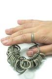 Изолированные инструменты определения размеров пальца ювелира wiith руки Стоковая Фотография RF