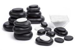 Изолированные камни массажа установленные с солью Стоковое Фото