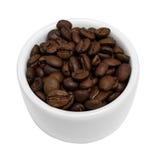 Изолированные кофейные зерна в малом белом шаре Стоковое Фото
