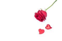 Изолированные красная роза и сформированная сердцем поздравительная открытка Стоковые Фотографии RF