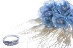 Изолированные обручальное кольцо и благосклонности Стоковые Изображения RF