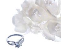 Изолированные обручальное кольцо и благосклонности Стоковые Фотографии RF