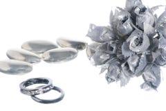 Изолированные обручальное кольцо и благосклонности Стоковая Фотография