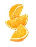 Изолированные падая куски апельсина Стоковое Фото