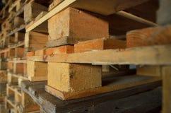 изолированные паллеты представляют белое деревянное Деревянная текстура штабелированные кучи паллетов Стоковые Фотографии RF