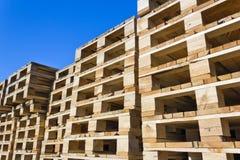 изолированные паллеты представляют белое деревянное стоковые изображения rf