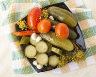 изолированные предпосылкой замаринованные овощи плиты белые стоковые фото
