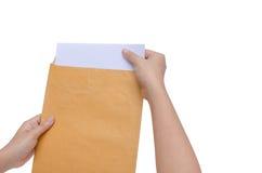 Изолированные руки держат конверт Стоковая Фотография RF