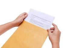 Изолированные руки держат конверт Стоковое Изображение