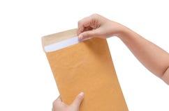 Изолированные руки держат конверт Стоковая Фотография