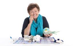 Изолированные счастливые старшие женщина или пенсионер - концепция денег для tra стоковое изображение rf