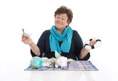 Изолированные счастливые старшие женщина или пенсионер - концепция денег для tra стоковое фото rf
