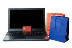 Изолированные хозяйственные сумки и открытая компьтер-книжка Он-лайн принципиальная схема покупкы Стоковая Фотография