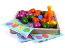 Изолированные яичка и салфетки шоколада пасхи Стоковое Фото