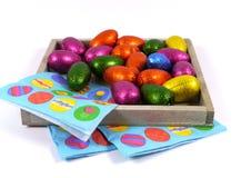 Изолированные яичка и салфетки шоколада пасхи Стоковое фото RF