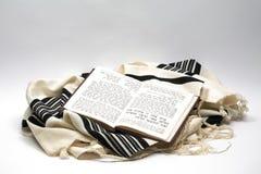 Изолированные Tallit и siddur, Стоковая Фотография