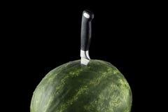Изолированный арбуз Riped с ножом и черной предпосылкой Стоковые Фотографии RF