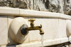 Изолированный бронзовый фонтан крана стоковые изображения rf