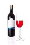 Изолированный бутылки красного вина с стеклом на белой предпосылке Стоковое фото RF