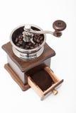 Изолированный винтажный точильщик кофейного зерна и свежий земной кофе Стоковое фото RF