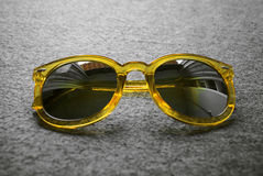изолированный желтый цвет солнечных очков белый Стоковое Фото