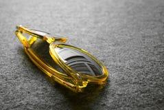 изолированный желтый цвет солнечных очков белый Стоковое фото RF