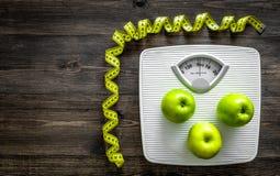 изолированный зеленый цвет принципиальной схемы пачки спаржи теряет вес ленты Масштаб ванной комнаты, измеряя лента, яблоки на де Стоковое Фото