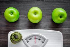 изолированный зеленый цвет принципиальной схемы пачки спаржи теряет вес ленты Масштаб ванной комнаты, измеряя лента, яблоки на де Стоковые Фото