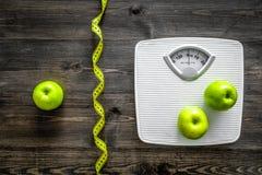 изолированный зеленый цвет принципиальной схемы пачки спаржи теряет вес ленты Масштаб ванной комнаты, измеряя лента, яблоки на де Стоковые Изображения RF