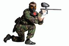 Изолированный игрок пейнтбола в действии стоковые изображения rf