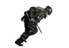 Изолированный игрок пейнтбола в действии стоковое фото rf