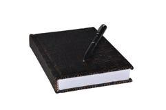 Изолированный кожаный блокнот с ручкой на белой предпосылке Стоковая Фотография