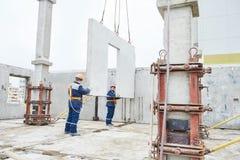 изолированный конструкцией славный работник обмундирования Плотники concreter построителей на работе Стоковая Фотография RF