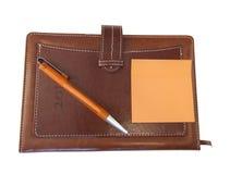 Изолированный красивый, коричневый организатор, ручка, тетрадь, взгляд сверху Стоковые Изображения RF