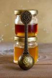 изолированный мед предпосылки jars белизна Стоковая Фотография RF