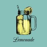 Изолированный опарник каменщика Vector домой сделанный лимонад с соломой и куском иллюстрации цвета лимона Эскиз безалкогольного  Стоковые Изображения RF
