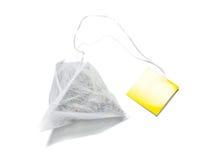 Изолированный пакетик чая формы пирамиды стоковое фото rf