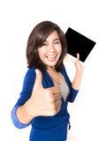 Изолированный портрет красивого большого пальца руки молодой женщины вверх с цифровым Стоковое Изображение