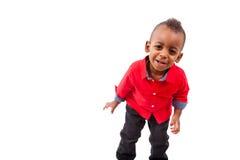 Изолированный портрет милого Афро-американского мальчика усмехаясь, стоковое фото