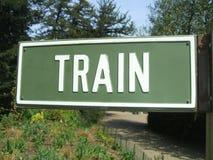 изолированный предпосылкой желтый цвет поезда знака Стоковое фото RF