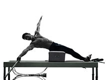 Изолированный реформатор pilates человека работает фитнес Стоковое Фото