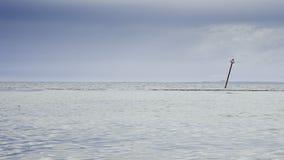 Изолированный сигнал в море стоковые изображения rf