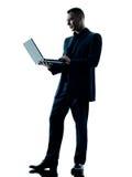 Изолированный силуэт компьютера бизнесмена Стоковая Фотография RF