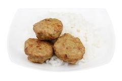 изолированный 3 тортам и белому рису в плите белого квадрата на белой предпосылке Стоковые Фотографии RF