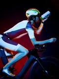 Изолированный триатлон велосипеда велосипедиста человека задействуя Стоковое фото RF