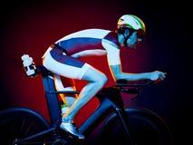 Изолированный триатлон велосипеда велосипедиста человека задействуя Стоковые Изображения RF