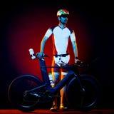 Изолированный триатлон велосипеда велосипедиста человека задействуя Стоковая Фотография RF