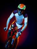 Изолированный триатлон велосипеда велосипедиста человека задействуя Стоковое Изображение RF