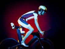 Изолированный триатлон велосипеда велосипедиста человека задействуя Стоковое Фото